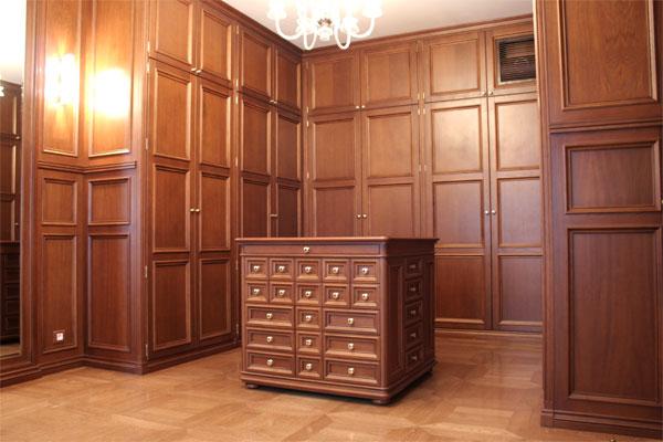 Гардеробная комната. Встроенные шкафы. Натуральные, изысканные сорта дерева. Частный интерьер. (фотогалерея компании «Русский Двор»)